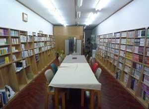 本町堂店内-テーブルを中心に本棚が並ぶ
