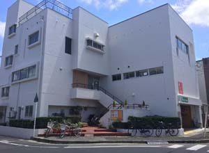 プロジェクトゆうあいビル、3階建ての白い建物