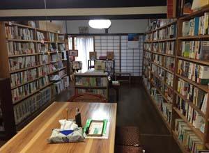 曽田文庫館内-和風の図書館