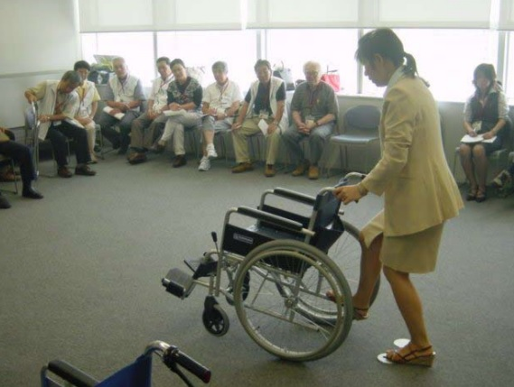 車椅子の使い方を講習する